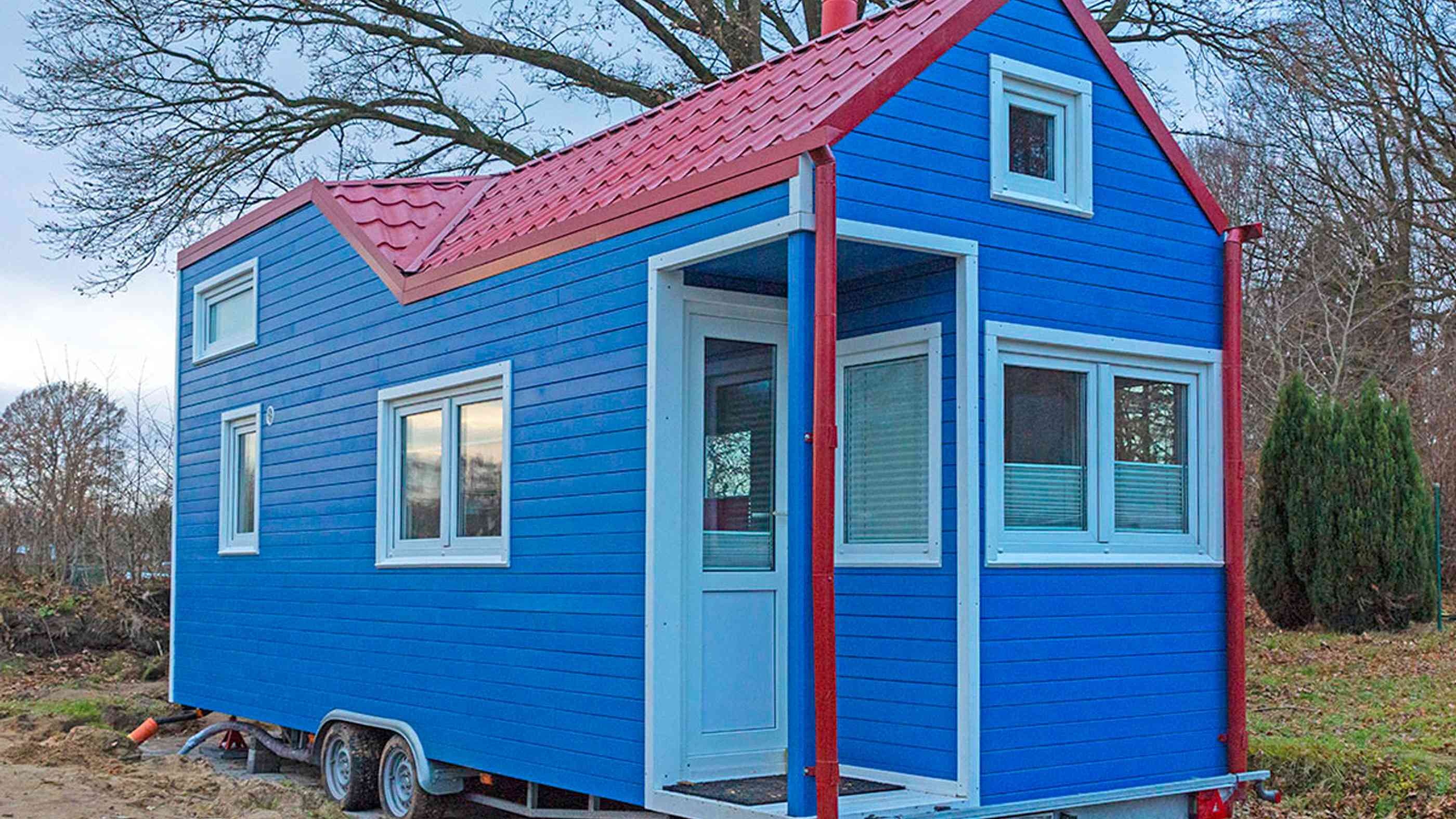 blaues Tiny House von Rolling Tiny House