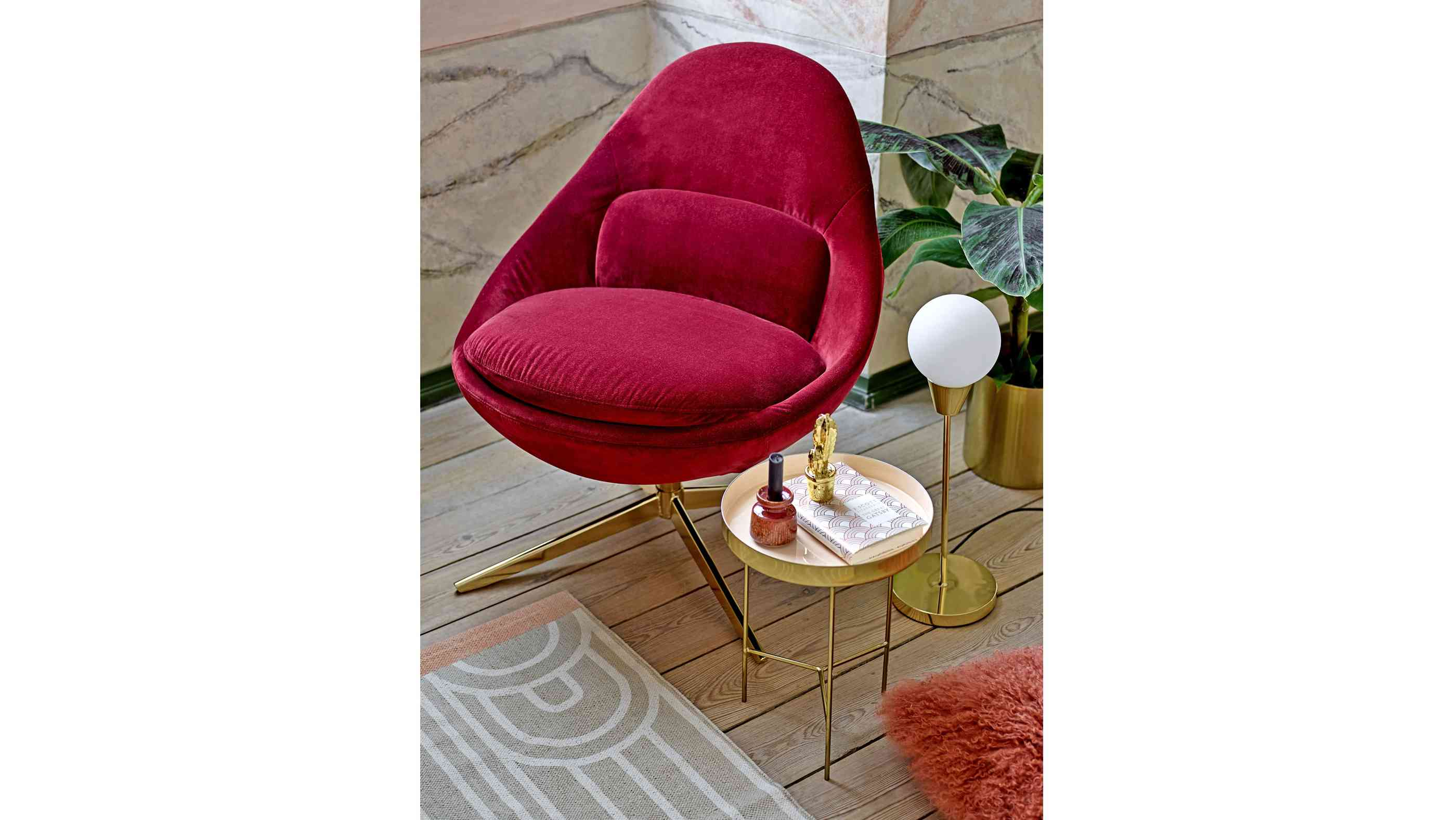 Roter Cocktailsessel und goldener Tray Table von Bloomingdale.