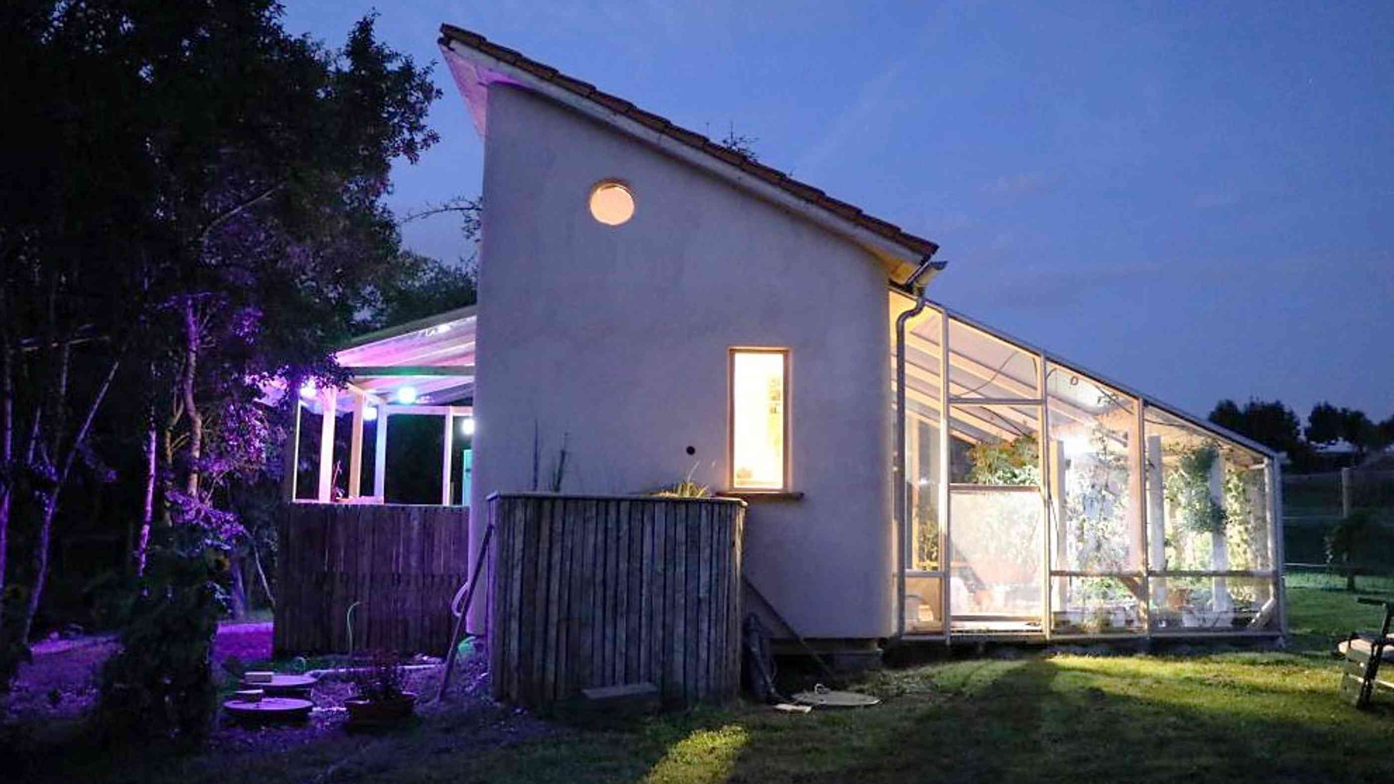 "Tiny House ""Ownhome"" bei Nacht"