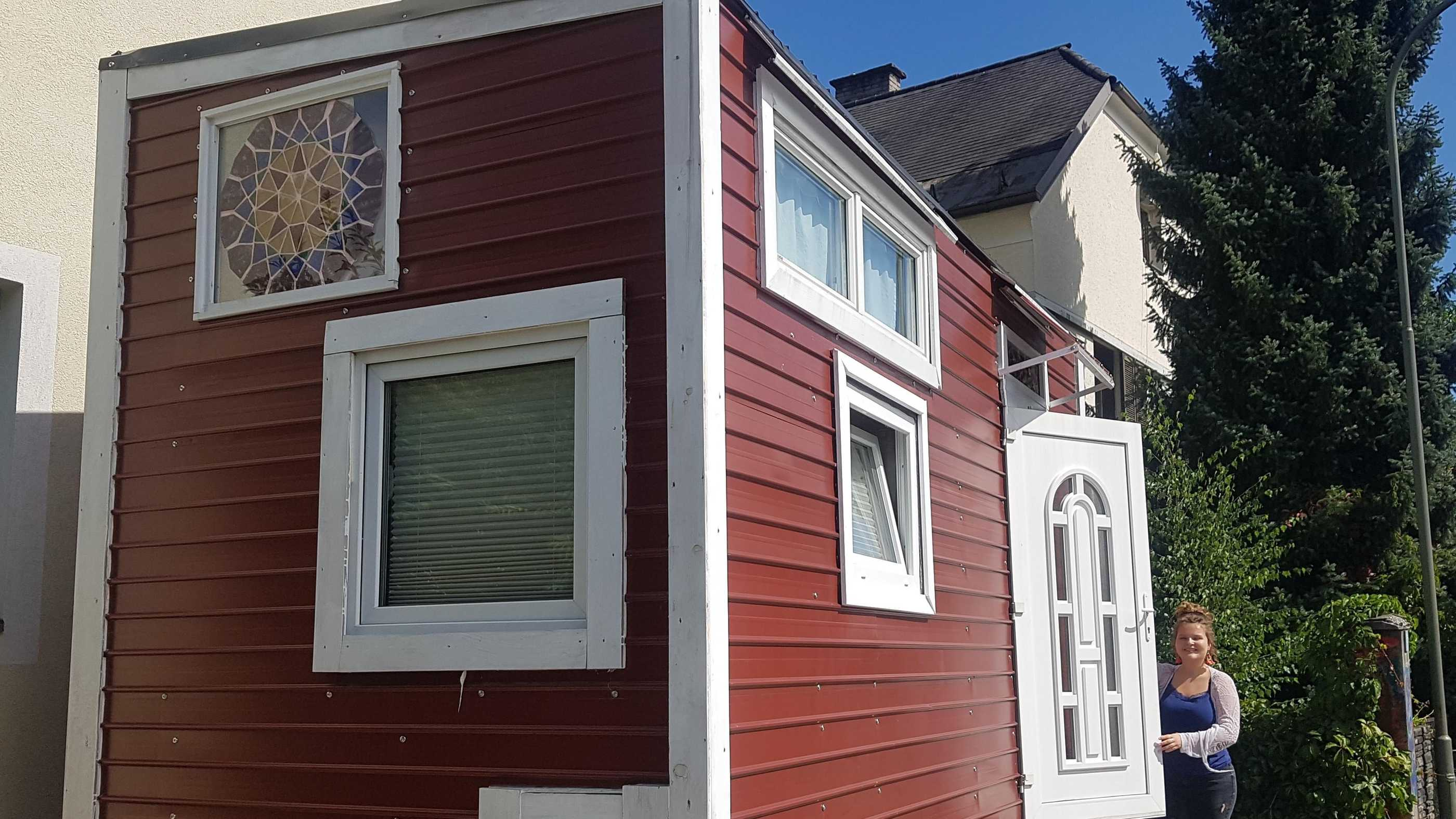 rotes, selbstgebautes Tiny House