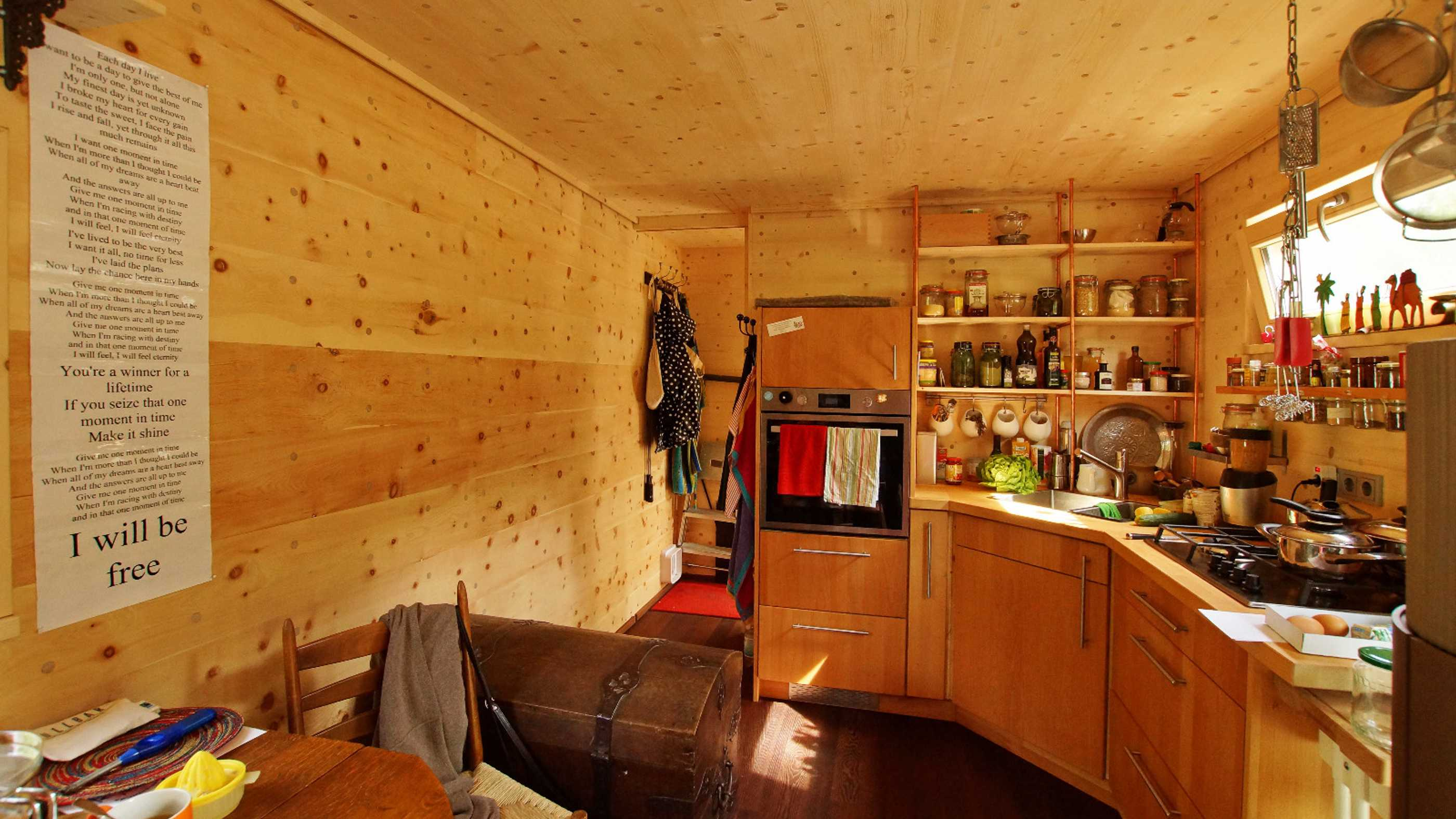 Blick in die Wohnküche des Tiny Houses